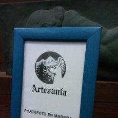 Vintage: PORTAFOTO EN MADERA. ARTESANÍA. FOTO 13*18 CM. AZUL. Lote 238857155