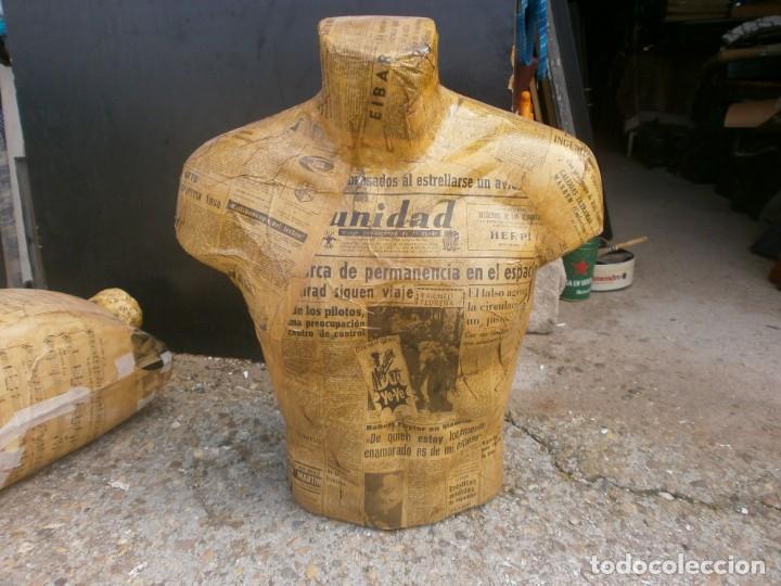 MANIQUÍ HOMBRE TORSO FORRADO PAPEL PERIODICOS ANTIGUOS ALTURA 57 CM. ANCHO 50X25 CM. (Vintage - Decoración - Varios)