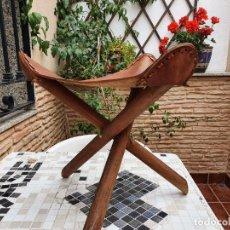 Vintage: TABURETE EN MADERA Y CUERO. Lote 245965180