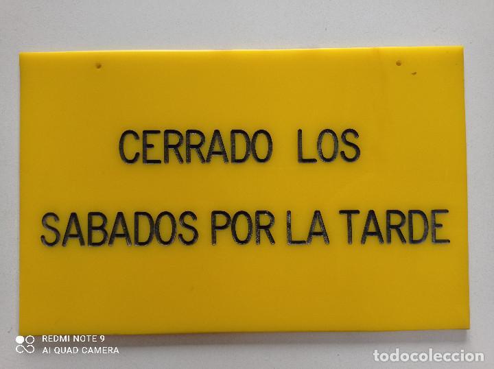 CARTEL VINTAGE TIENDA ''CERRADO LOS SABADOS POR LA TARDE'' AÑOS 70 80 // METACRILATO AMARILLO NEGRO (Vintage - Decoración - Varios)