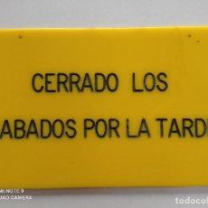 Vintage: CARTEL VINTAGE TIENDA ''CERRADO LOS SABADOS POR LA TARDE'' AÑOS 70 80 // METACRILATO AMARILLO NEGRO. Lote 246161475