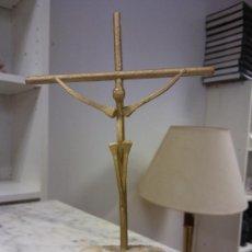 Vintage: CRISTO EN LA CRUZ. METÁLICO. BASE EN PIEDRA. MEDIDAS 22*10*3 CM. Lote 251869665