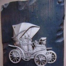 Vintage: ADORNO DE MADERA COCHE ANTIGUO EN METAL DE 17X25CM. TIENE UNA ESQUINA SALTADA COMO SE VE EN LAS FOTO. Lote 252419295
