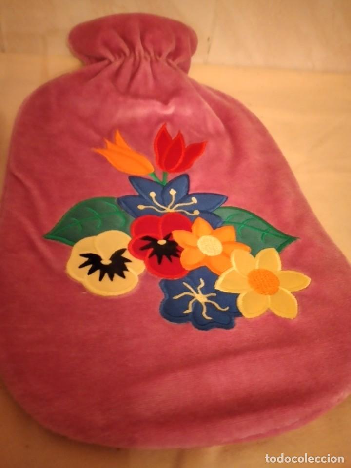 Vintage: Lote de 2 antiguas bolsas de agua para calentar la cama,con funda de terciopelo con flores bordadas. - Foto 3 - 253566115