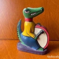 Vintage: VINTAGE COCODRILO CON BOMBO TALLADO EN MADERA. Lote 283004258