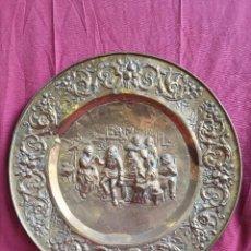 Vintage: GRAN PLATO DE BRONCE O LATÓN CON RELIEVE. Lote 285243078