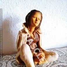 Vintage: BONITA FIGURA DE JOVEN SENTADA PENSANDO - EN RESINA Y POLVO DE MARMOL PINTADA A MANO. Lote 287550718